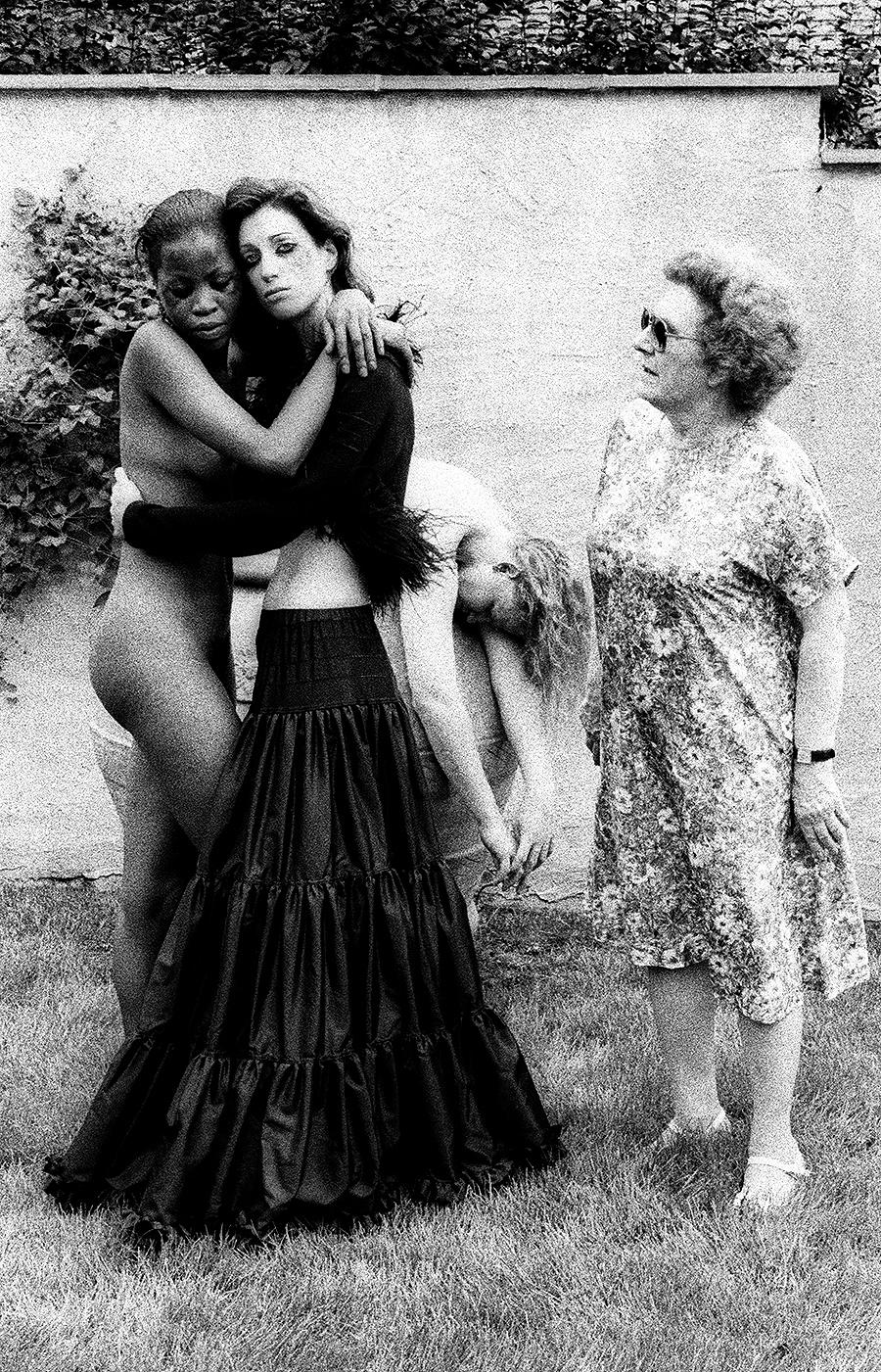 tony_ward_studio_tableaux_vivants_crime_scene_fashion_black_white_lesbians
